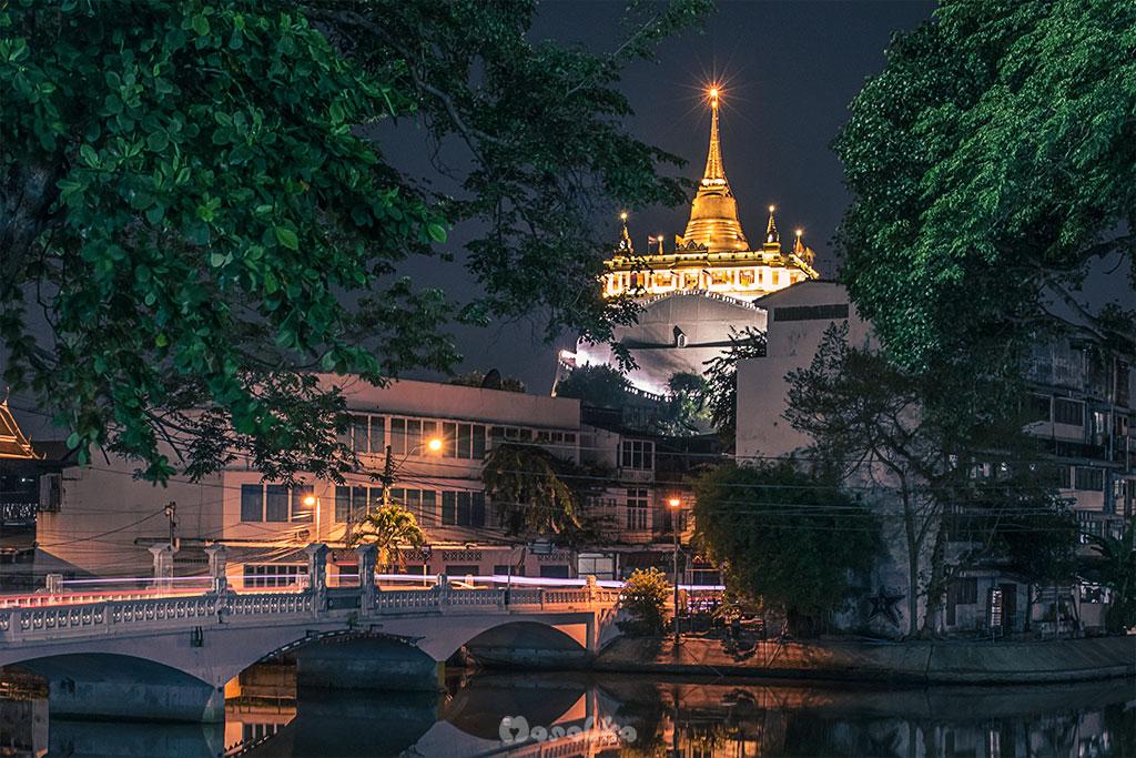 bangkok siatynia wat saket nocą